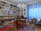 Majitel miluje 30. léta. Obývací pokoj zdobí křeslo od Jindřicha Halabaly
