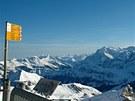 Vysokohorští obří Eiger, Mönch a Jungfrau krásně kontrastují s mírnou,
