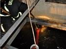 Hasiči se snažili ledovou bariéru na mlýnském náhonu potoka Strhance prorazit