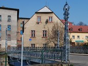 Secesní most se zdobeným zábradlím a lucernami z roku 1907 v Chrastavě odnesla