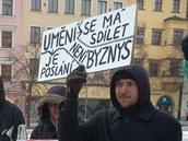 Lidé v Jihlavě si k vyjádření svých názorů přinesli výmluvné transparenty. (4.