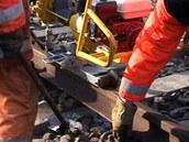 Oprava prasklé kolejnice na trati z Pardubic do Hradce Králové. (3. února 2012)