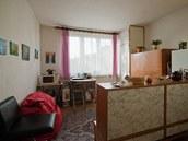 Původní kuchyně sloužila i jako malý obývák a pracovna, jídelní stůl se do ní