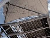 Konstrukce tribun připomíná plachtoví lodi.