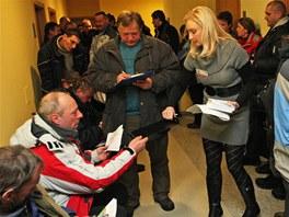 Na dotace na kotle čekaly v Ostravě desítky lidí, snímek byl pořízen po