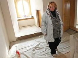 Kastelánka raduňského zámku Eva Kolářová prochází rekonstruovaným pokojem
