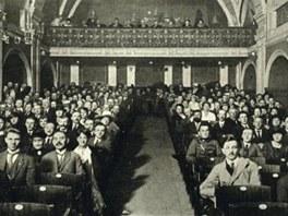 Pohled do hlediště někdejšího kina Konvikt (z knihy Zaniklý svět stříbrných
