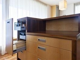 Ostrůvek nabízí další úložné prostory, nejen pracovní plochu.