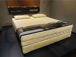 Zlatou matraci vlastní 75 zákazníků z celého světa.