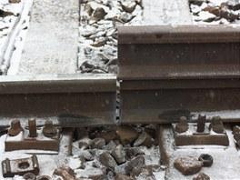 Dělníci měří délku vložky (kolejnice nahoře) s přesností na milimetry