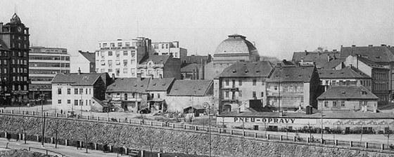Historický snímek Anglického nábřeží v Plzni z roku 1940 s kopulí Malého
