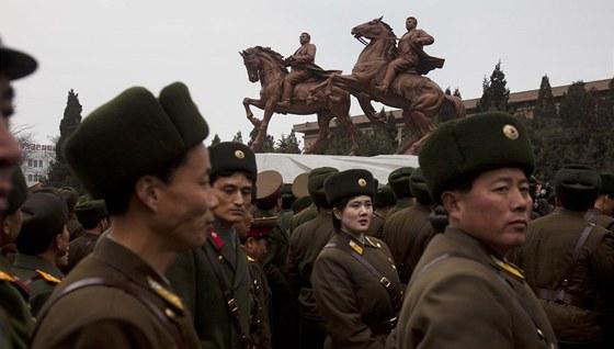 Slavnostní odhalení sousoší Kim čong-ila a jeho otce. V prosinci zesnulému