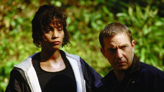 Whitney Houston s Kevinem Costnerem ve filmu Osobní strážce