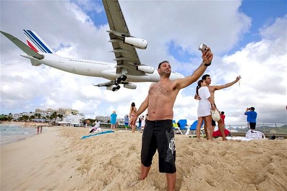 Nízké přistání nad pláží karibského St. Maartenu