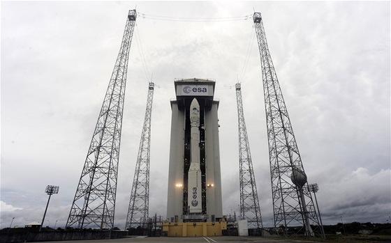 Raketa Vega je již připravena na odpalovací rampě. Za ní  mobilní montážní hala.