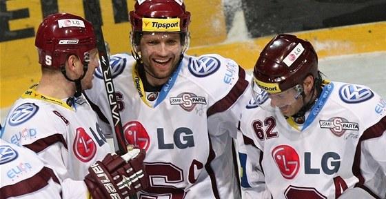 STO BODŮ. Sparťané (zleva) Michal Sersen, Michal Broš a Petr Tenkrát se radují z výhry v Třinci, díky níž na prvním místě tabulky získali 100. bod sezony.