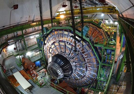 Záběr sestavování detektoru CMS na urychlovači LHC. Je to jeden ze dvou největších detektorů v tunelu pod střediskem CERN, které odvádí hlavní díl práce při hledání Higgsova bosonu