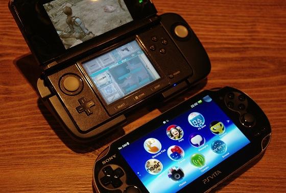 Dole PS Vita, nahoře aktuální konkurent 3DS od Nintenda, uložený v rozšíření,...