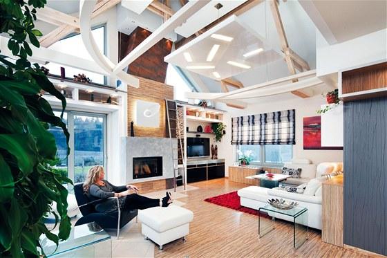 Otevřením do krovu se podařilo zvětšit obývací pokoj. Posuvný žebřík umožňuje