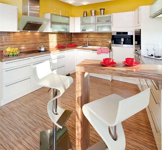 """Kuchyň do """"U"""" byla vyrobena na zakázku (Kuchyně Kydlíček) a od obývacího pokoje"""
