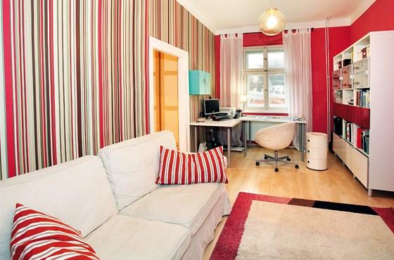 Příjemná je pracovna s barevným proužkem na stěnách.