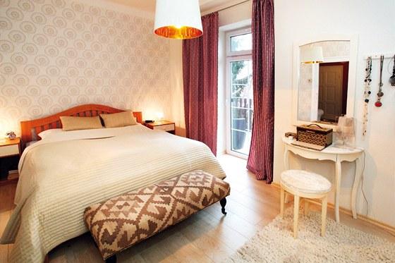 V ložnici zůstala původní postel,stolky dostaly bílý nátěr, velkou roli tu