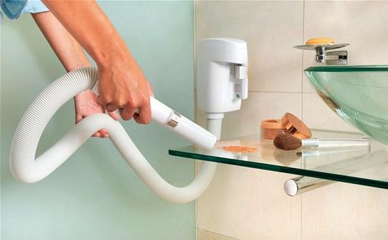 Wally flex je flexibilní hadice na zdi, která v koupelnách odstraní vlasy, pudr