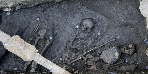 """Hlavní z """"vampýrů"""" měl na hrudi patnáctikilový balvan, další dvě kostry měly"""