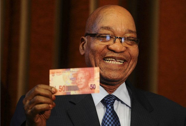 Prezident JAR Jacob Zuma padesátirandovou bankovku s podobiznou Nelsona