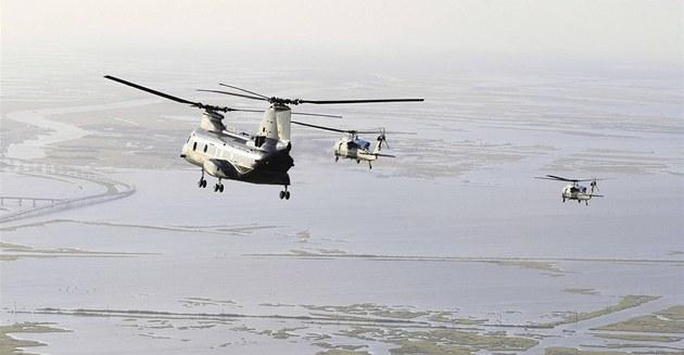 Helikoptéry v�etn� prezidentské Marine One letí s Barackem Obamou na Grand Isle