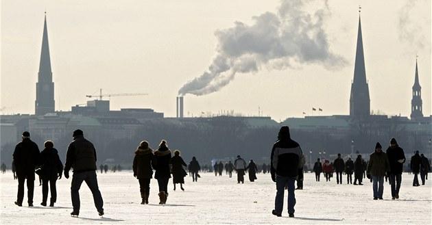 Lidé bruslí na zamrzlém jeze�e Aussenalster v Hamburgu (10. února 2012)