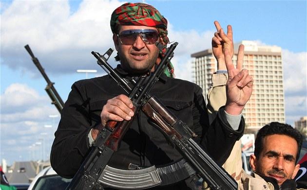 �lenové vládních ozbrojených sil si v ulicích Tripolisu p�ipomínají první
