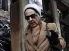 Obyvatelé Atén obhlíží následky nočních střetů (13. února 2012)