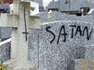I proto je Gabriele Amorth ve střehu. Poničený hřbitov ve Francii.