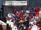 Fanoušci Whitney Houston přinesli ke kostelu Nové naděje květiny, svíčky i...