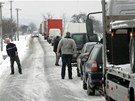 Kritick� situace byla na T�inecku, kde st�ly kolony kamion� a osobn�ch vozidel.