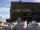 Rozebírání České boudě na Sněžce v roce 2004