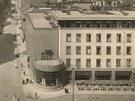 Vpravo hotel Grand v Pardubicích, konec první poloviny 20. století