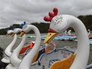 Čluny v podobě labutí, určené k projížďkám po jezeře.