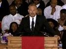 Kevin Costner na smute�n�m ob�adu vzpom�n� na Whitney Houston.