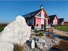 Tradiční venkovský tvar domu s šikmou střechou, v němž architekti použili