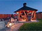 Majitelé si mohou na zahradě užívat posezení u ohniště ve stylové kolibě.