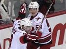Obr�nce Caroliny Jaroslav �pa�ek (vlevo) se raduje z g�lu  v duelu na led�