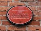 V domě žili například herci Cary Grant a John Barrymore. Na fasádě domu má...