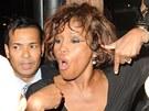 Whitney Houston při odchodu z nočního klubu Tru Hollywood (9. února 2012).