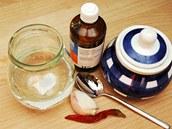 Budete potřebovat třikrát destilovanou vodku, česnek, čilipapričku a cukr.
