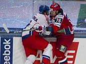 KAM SE TLA�͊? �esk� hokejista Michal Barinka v souboji u mantinelu s Rusem