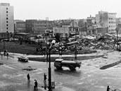 Demolice hotelu Veselka v Pardubicích v roce 1972, na snímku dole dnešní pohled