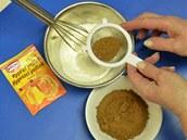 Smíchejte mouku s trochou prášku do pečiva a jemně prosátým kakaem.