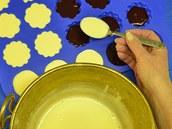 Ovocný rosol nechte ztuhnout a nalijte na něj vanilkový krém.